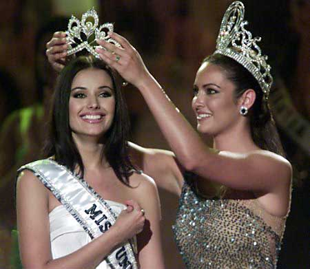 Russia's Oxana Fedorova is crowned Miss Universe 2002 by predecessor, Denise Quinones