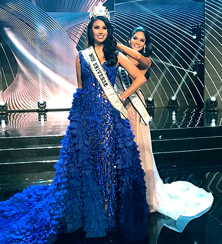 Pia Wurtzbach crowns Ashley Callingbull, the winner of the Miss Universe VIP Experience contest