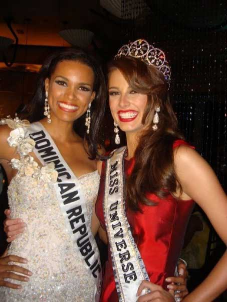 Stefania Fernandez, Miss Universe 2009 with her runner-up Ada Aimee de la Cruz of Dominican Republic